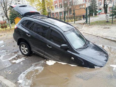 У спальному районі Сум автомобіль провалився в яму з водою