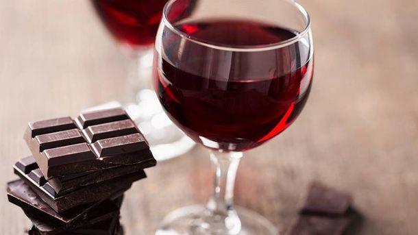 Шоколад та вино здатні сповільнити процес старіння