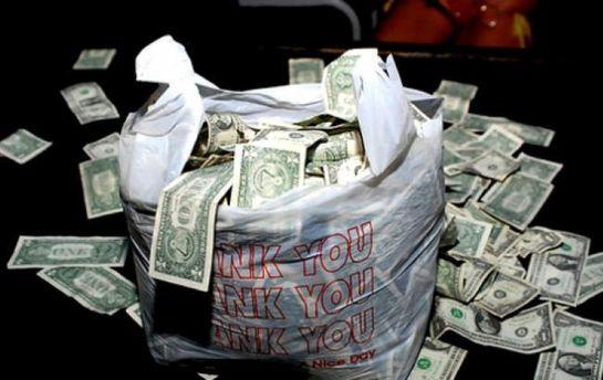 Укабінеті заступника голови Херсонської ОДА виявили пакунок із грошима