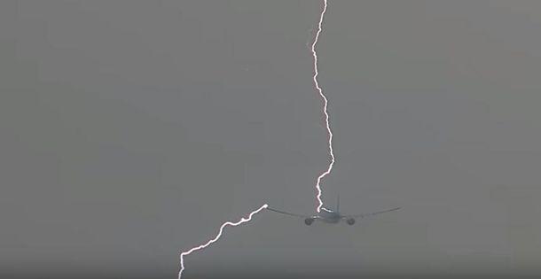 Блискавка влучила у літак в аеропорту Амстердама