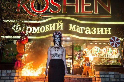 Уцентрі Вінниці активістка FEMEN спалила декорації біля магазину «Roshen»