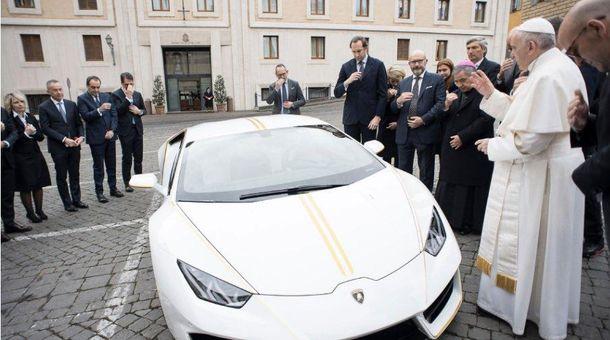 Папа Римский получил вподарок неповторимый  суперкар Lamborghini Huracan