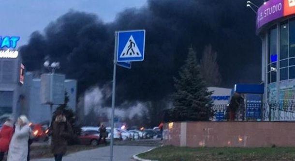 Устолиці горить торговий комплекс «Агромат»