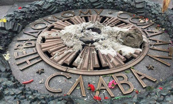В сети показали видео, как вандалы заливают цементом Вечный огонь в Киеве