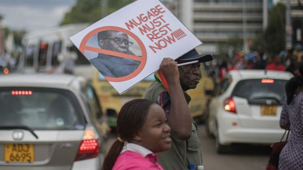 Зимбабве протестует: люди требуют отставки 93-летнего президента Мугабе