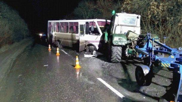 УЛуганській області зіткнулися автобус та2 трактори: 13 осіб госпіталізовано