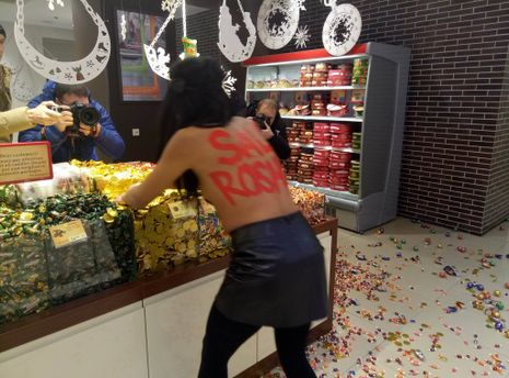 Оголена активістка Femen влаштувала «чорну п'ятницю» устоличному Roshen