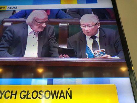 Качиньского словили зачтением книжки окотиках на совещании Сейма Польши