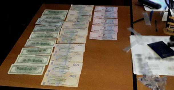 «Термінова біометрія»: чиновника ДМС затримано нахабарі вХмельницькій області