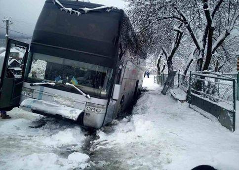 НаЗакарпатье автобус, который вез людей вИталию, вылетел вкювет
