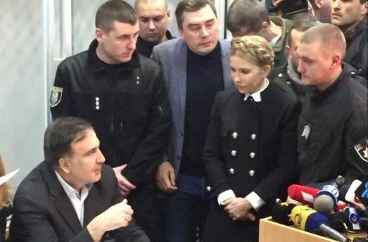Саакашвили всуде: Янезадержанный, явоеннопленный