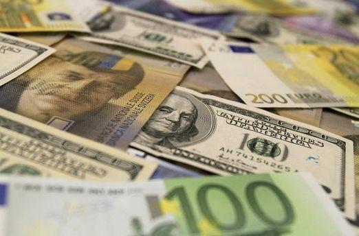 Долар та євро виросли