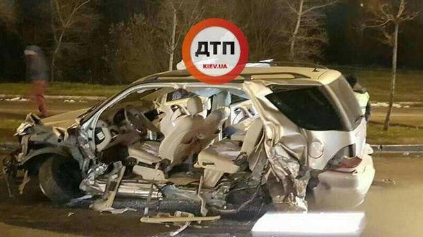 В Киеве Mercedes на скорости протаранил эвакуатор: жуткие фото