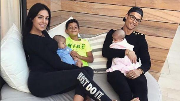 Кріштіану Роналду і Джорджина Родрігес з дітьми