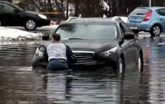 Автомобілі потонули назатопленій вулиці вКиєві