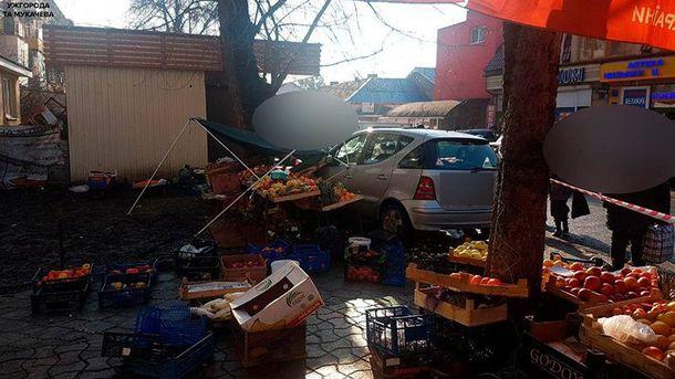 ВУжгороде Mercedes протаранил торговый ряд, есть пострадавшие