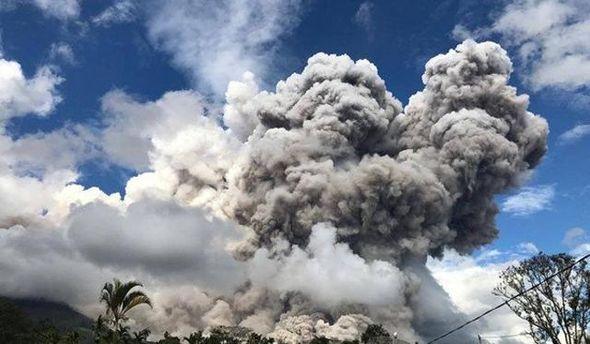 Потужне виверження вулкана почалося наСуматрі - вражаючі фото та відео