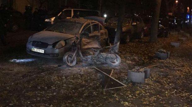Покушение наМосийчука: появилось видео, как неизвестный ставит мопед совзрывчаткой