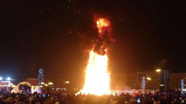 Росія: головна ялинка Сахаліну згоріла вноворічну ніч
