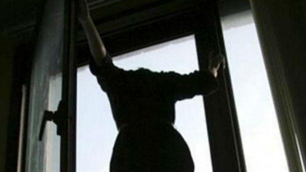 Під Києвом дівчина викинулася з вікна через тортури хлопця