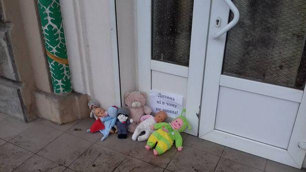 До церков УПЦ МП почали приносити ляльки, після того як священик відмовився відспівувати малюка
