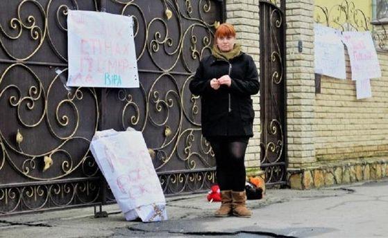Флешмоб «Принеси куклу» охватил государство Украину: люди несут игрушки вхрамы УПЦМП