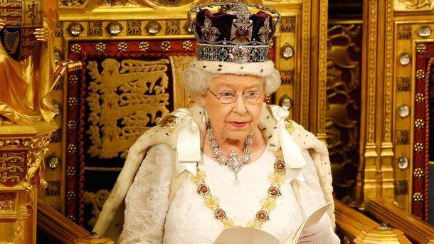 «Можно шею сломать»: ЕлизаветаII посетовала насвою корону