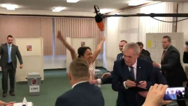 Femen, что обнажившаяся перед президентом Земаном, имела удостоверение украинской журналистки