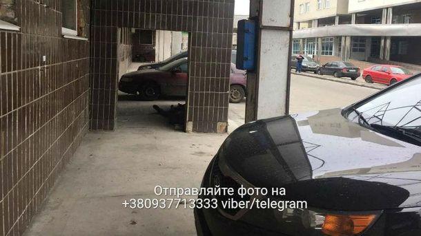 В Киеве под стенами больницы умер бомж