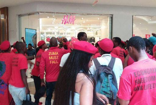 Возмущенные люди разгромили магазины H&M в Южной Африке из-за расистской рекламы