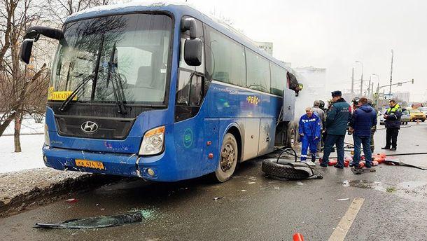 На окраине Москвы загорелся автобус со школьниками, после чего въехал в автомобиль: видео