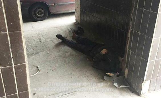 У лікарні Києва не підтвердили, що померлий під її стінами безпритульний звертався по допомогу