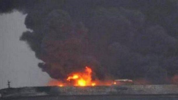Нефтяной танкер, который взорвался у берегов Китая, затонул: десятки погибших
