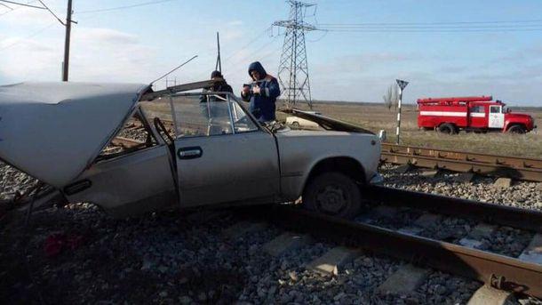 Потяг протаранив автомобіль на Запоріжжі: водій та пасажир чудом вижили (фото)