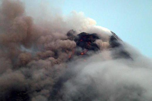 На Філіппінах вулкан почав вивергати лаву і попіл: триває евакуація