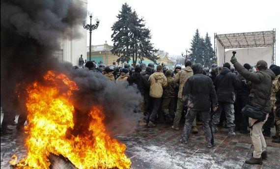 Сутички під Радою: є затримані і постраждалі серед поліцейських