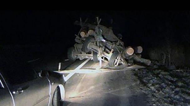Моторошна аварія на трасі Київ – Чоп: автобус зіткнувся з лісовозом