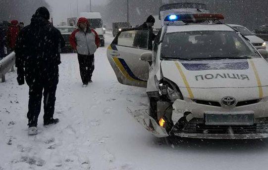 Масштабное ДТП с патрульным авто перекрыло въезд в Киев: фото