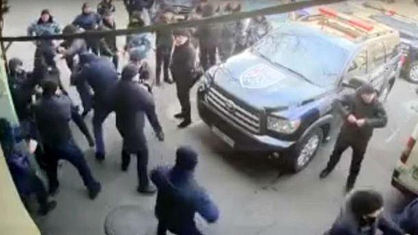Работники охранных фирм устроили массовую драку в Одессе: видео