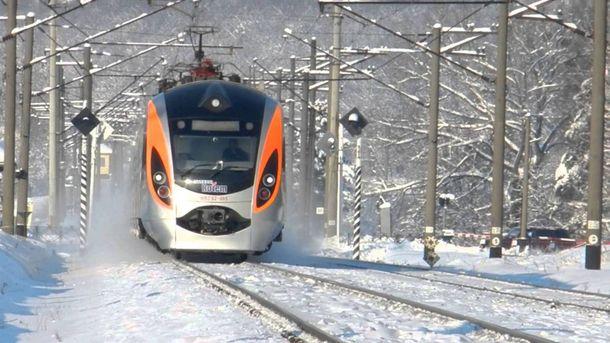 Снег идет, амыстоим: поезд Интерсити застрял вполе