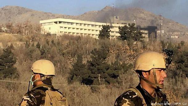 Теракт в Кабулі: у мережі з'явились моторошні відео, як люди рятуються з готелю у Кабулі