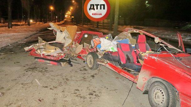 УКиєві Opel влетів уприпарковану вантажівку, є загиблий тапостраждала