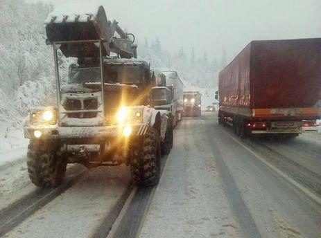 Снегопады наЗакарпатье: фуры стоят, множество людей остались без света