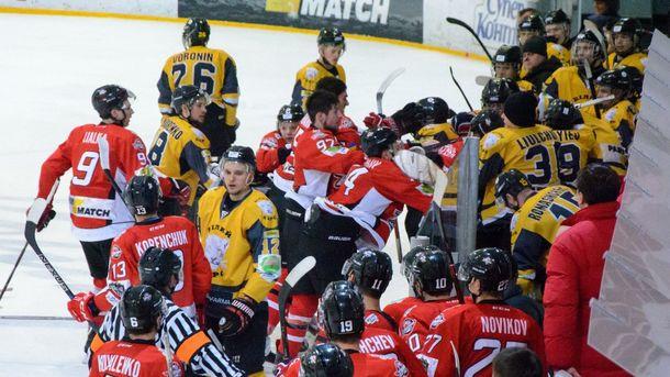 Украинские хоккеисты устроили массовую драку вовремя игры