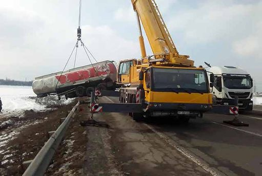 Цистерна с30 тоннами этилового спирта перевернулась под Киевом