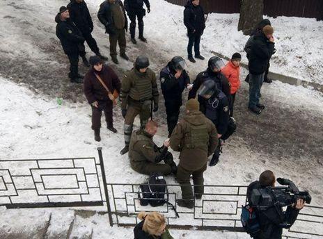 Под судом в Киеве произошла стычка со стрельбой, есть раненый