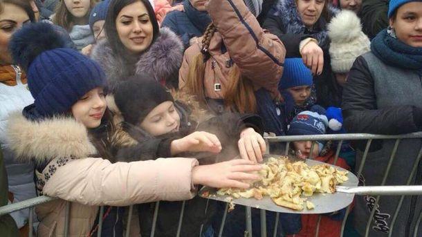 Млинцями з лопати нагодували голодних росіян у Ставрополі (фото)