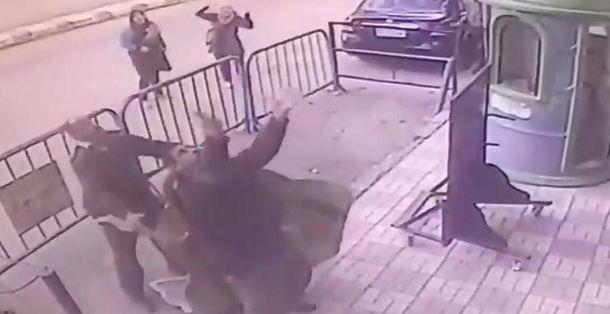 Поліцейський впіймав дитину, яка впала з третього поверху: неймовірне відео