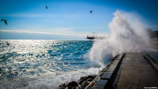 Как зимой перед штормом выглядит Ялта: впечатляющие фото