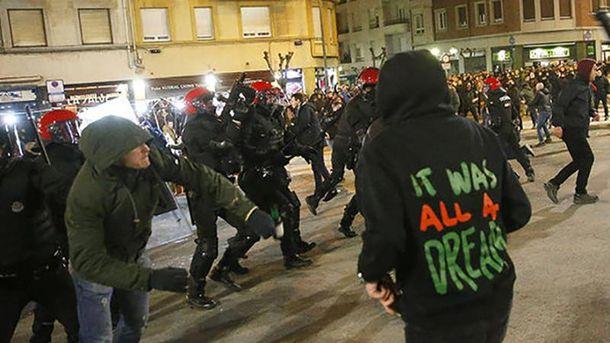 Российские фанаты устроили серьезные беспорядки в Испании: один полицейский погиб